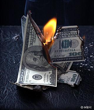 Burning_of_money_on_fire_216630.jpg